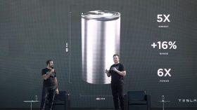 """Em evento """"drive thru"""", Elon Musk promete superesportivo, modelo econômico e bateria reciclável"""